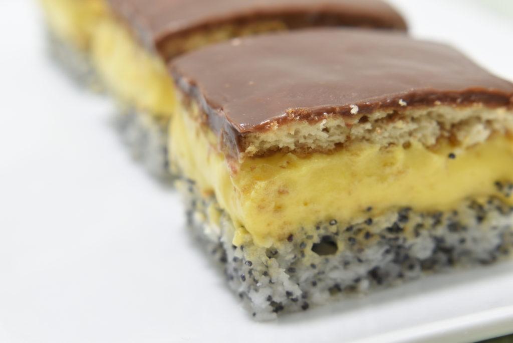 Prajitura Tosca cu crema de vanilie si blat cu mac